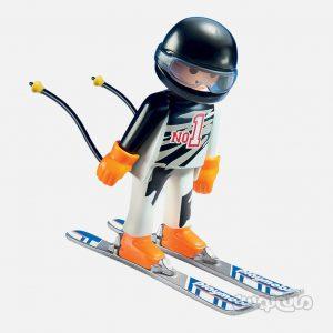 اسکی باز در حال مسابقه سری فمیلی فان پلی موبیل