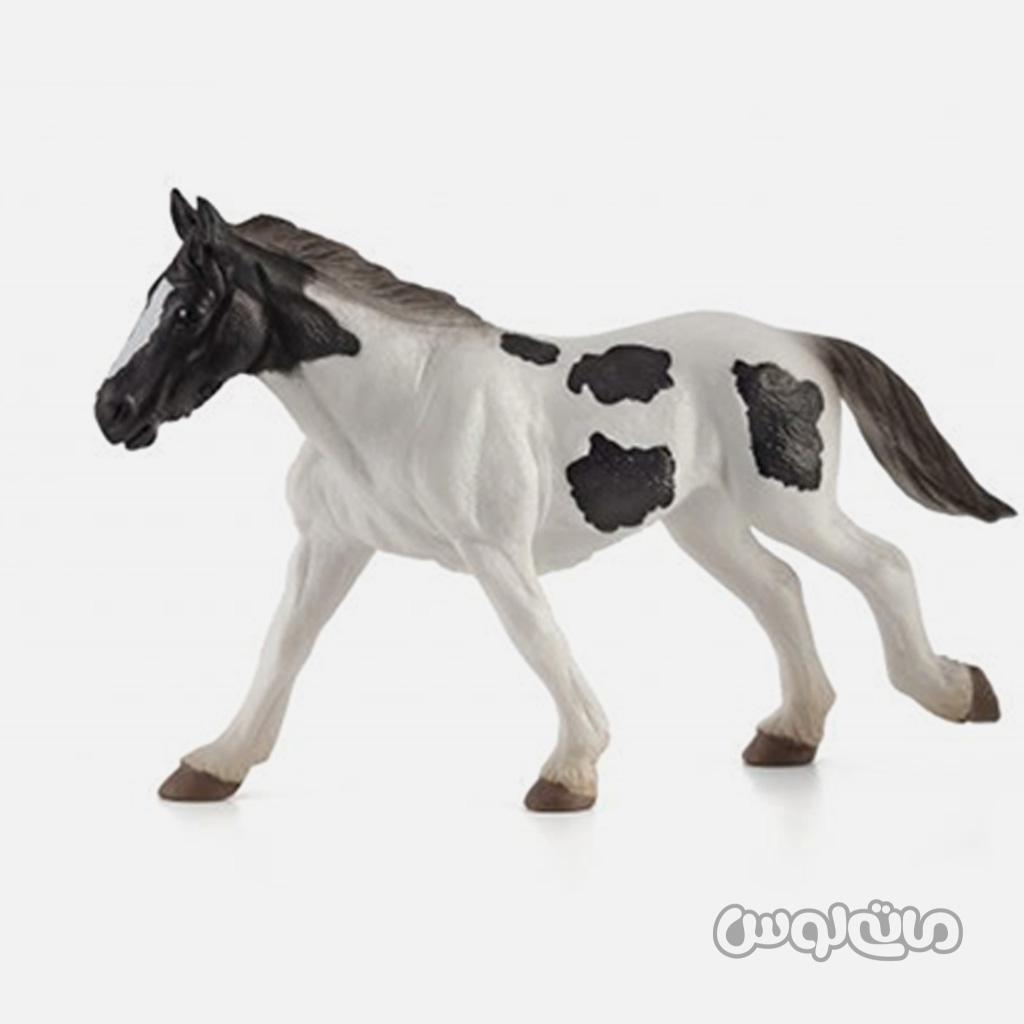 فیگور اسب تینکر به رنگ سفید با لکه های قهوه ای موجو